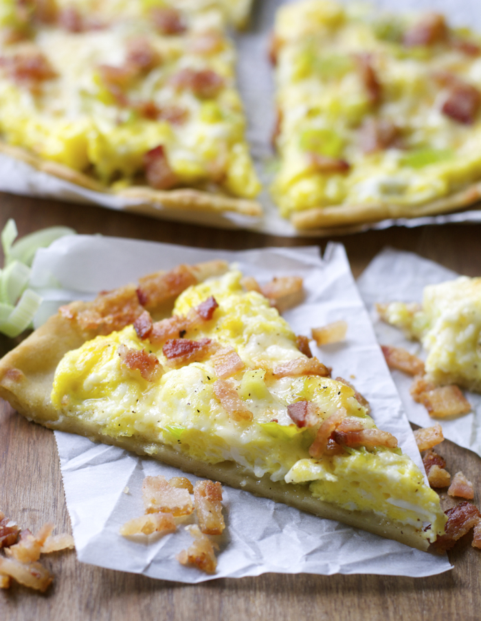 Crispy gluten free crust is topped with scrambled eggs, sautéed leeks, sharp white cheddar and bacon for an easy dinner, or breakfast!
